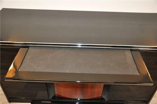 Klavierlack in Hochglanz Schwarz, edeles Holzfurnier, viel Stauraum, Auszug mit Stoffbezug