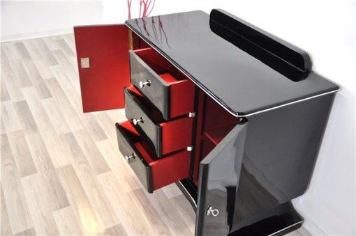 Art Deco Kommode, hochglanzschwarzes Finish, Klavierlack, wundervoll geschwungener Fuß, Chromelemente