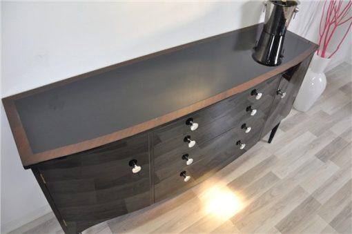 Art Deco Kommode, geschwungener Körper, hochglanzschwarzer Klavierlack, Chromgriffe, wundervolle Füße