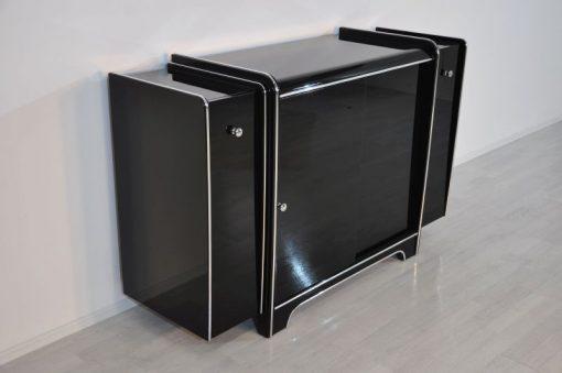 Art Deco Sideboard, hochglanzschwarzer Klavierlack, feine Chromlinien und Chromgriffe, Glas-Schiebetür
